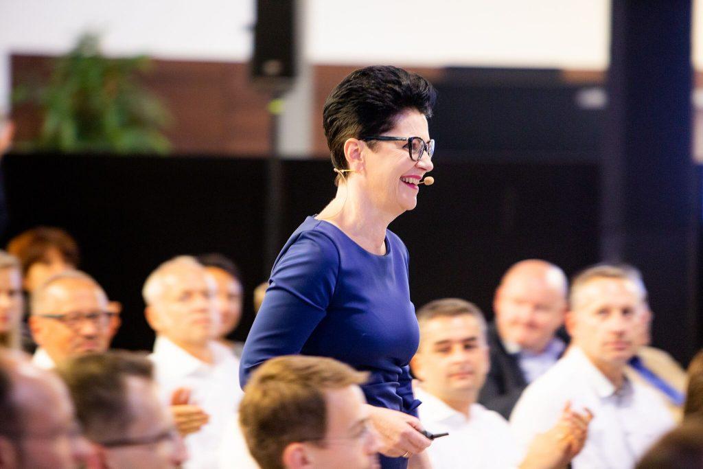 Elisabeth Motsch Outfit Expertin, während ihres Vortrags