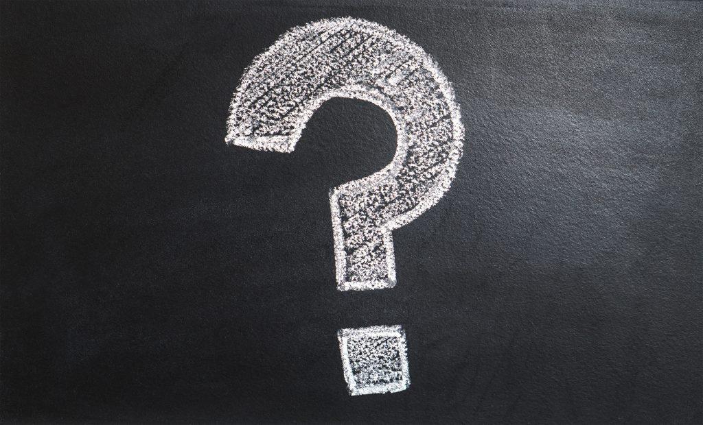 Fragezeichen aus Kreide auf einer Tafel
