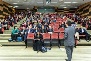 Ein Professor hält einen Vortrag vor einem vollen Hörsaal