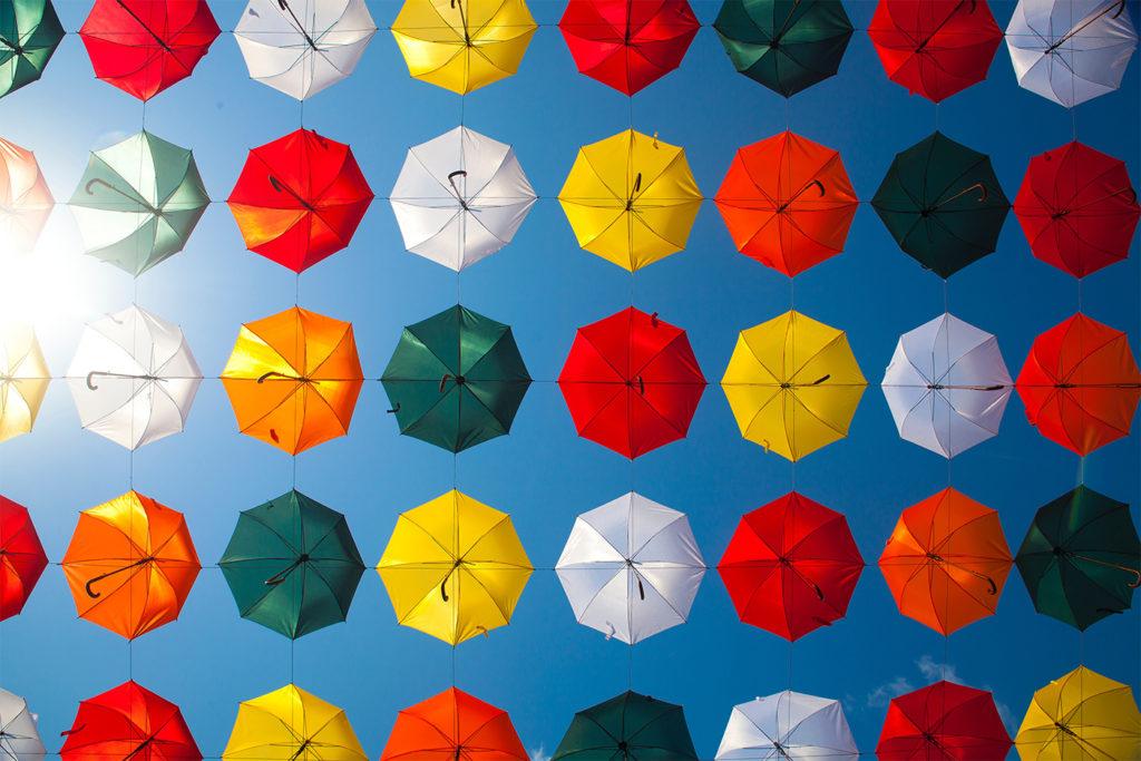 Viele bunte aufgeklappte Regenschirme
