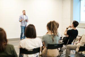 Mann hält einen Vortrag vor einem kleinen Publikum