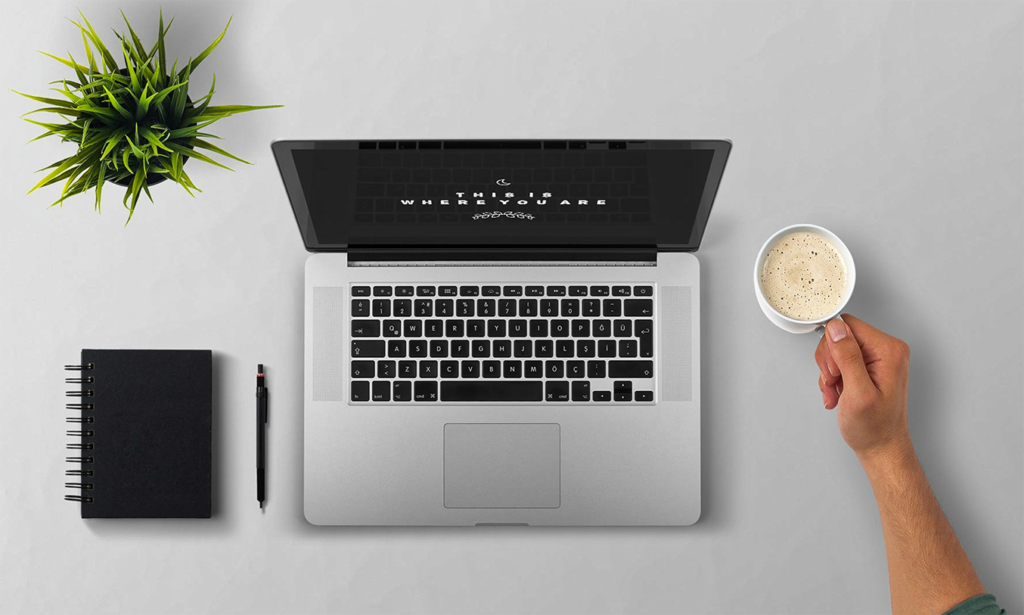 Laptop auf dem Tisch mit einer Online-Präsentation