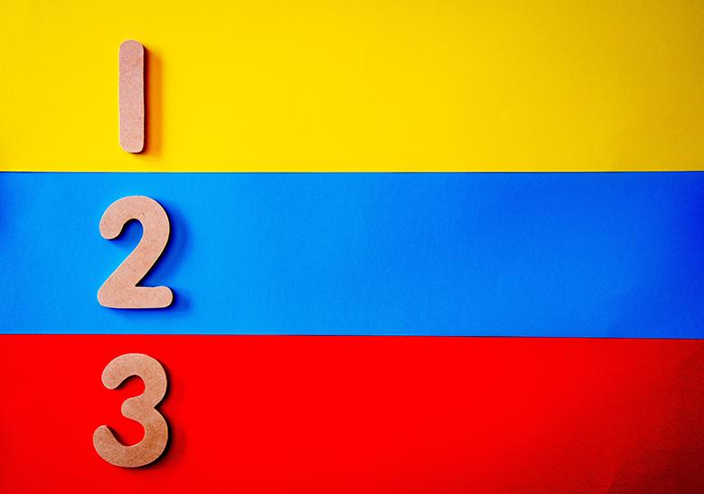 Zahlen 1 bis 3 auf unterschiedlichen Hintergründen untereinander