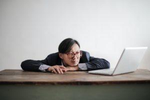 Mann gelangweilt vor Laptop