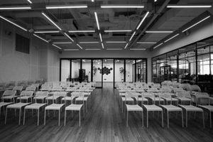 Leerer Konferenzsaal mit Stühlen