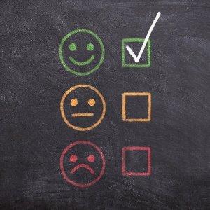 Smileys zur Bewertung an einer Tafel
